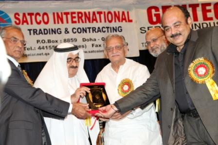gulzar-receving-award448.jpg
